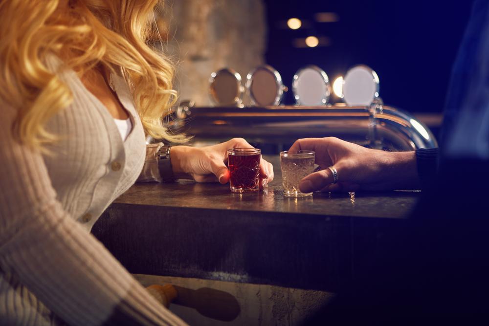 バーにいる男女
