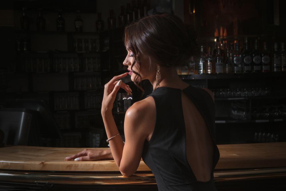 カウンターに座る女性