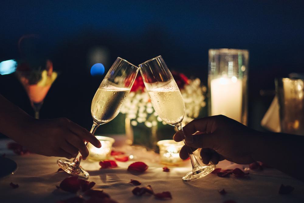 シャンパンとグラスを持つ手