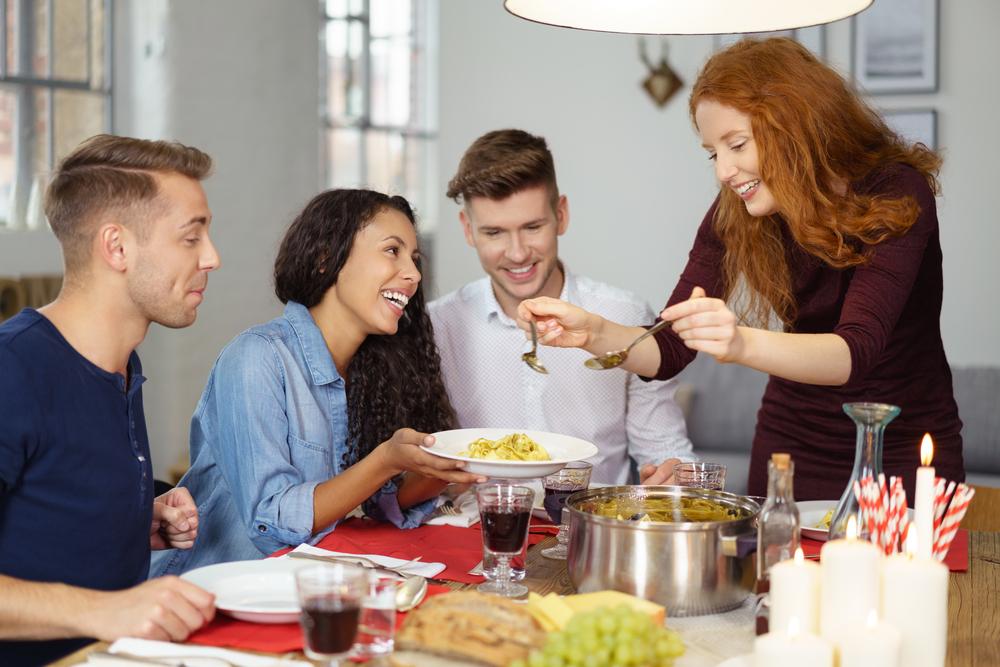 料理を取り分けている女性