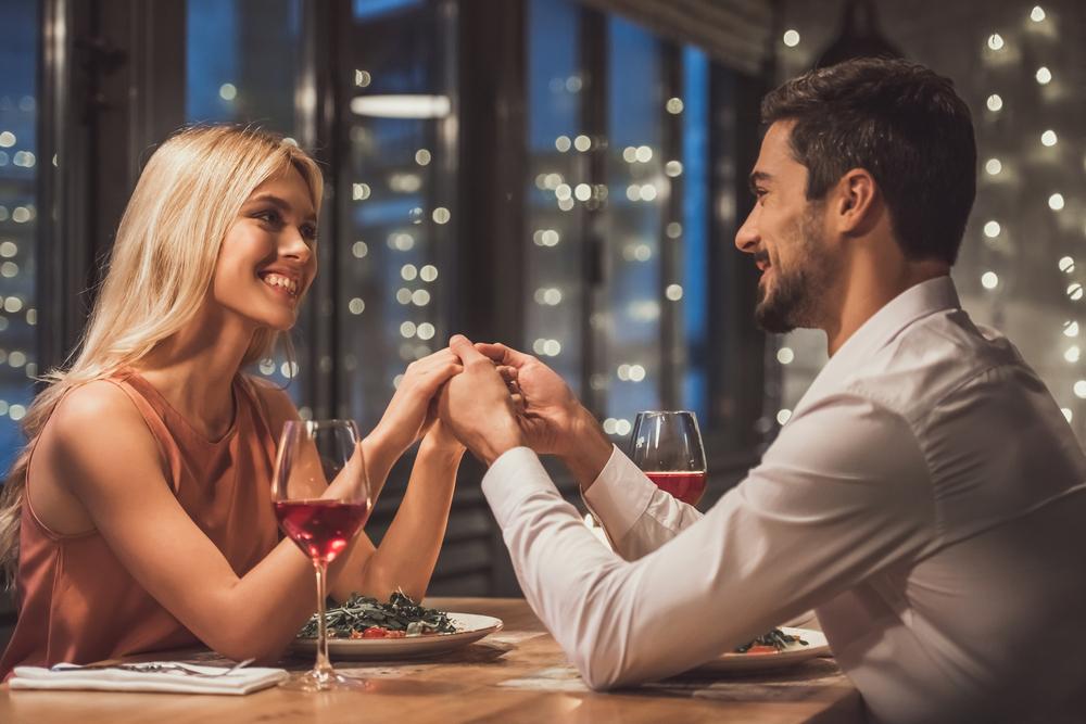 デートで逆プロポーズをしている女性