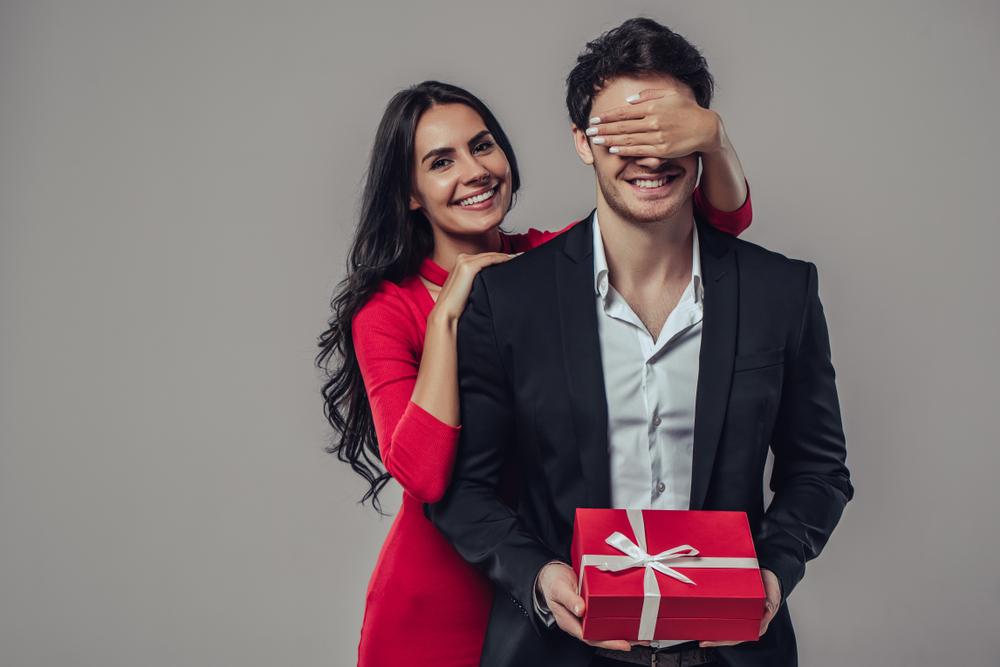 彼氏の誕生日に逆プロポーズをしている女性