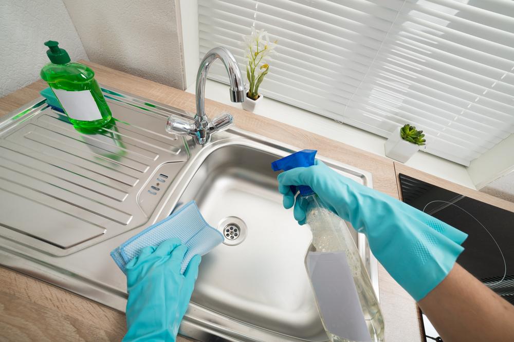 キッチンのシンクを掃除している女性