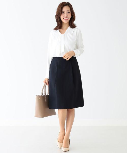 白のボウタイブラウス×濃紺スカートのコーデ