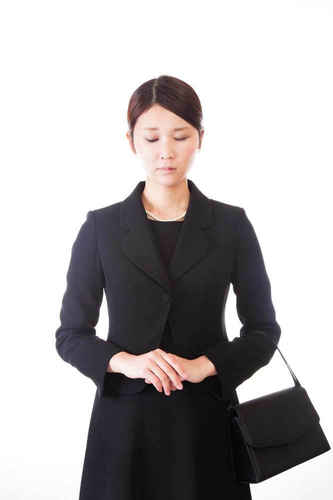 喪服を着ている女性