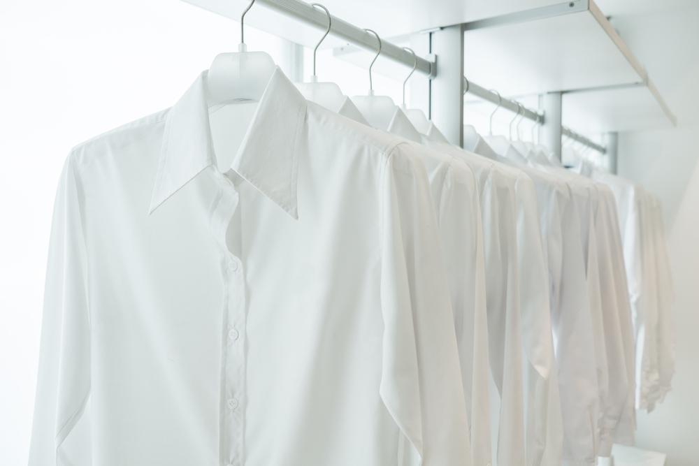 間隔を空けて干された洗濯物のシャツ