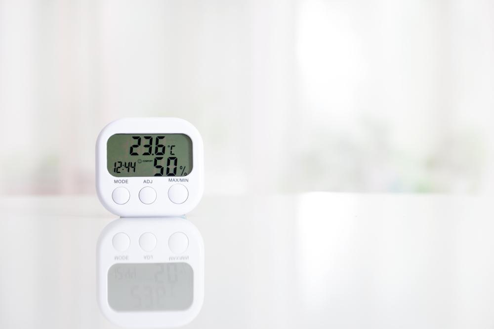 テーブルに置かれた温湿度計