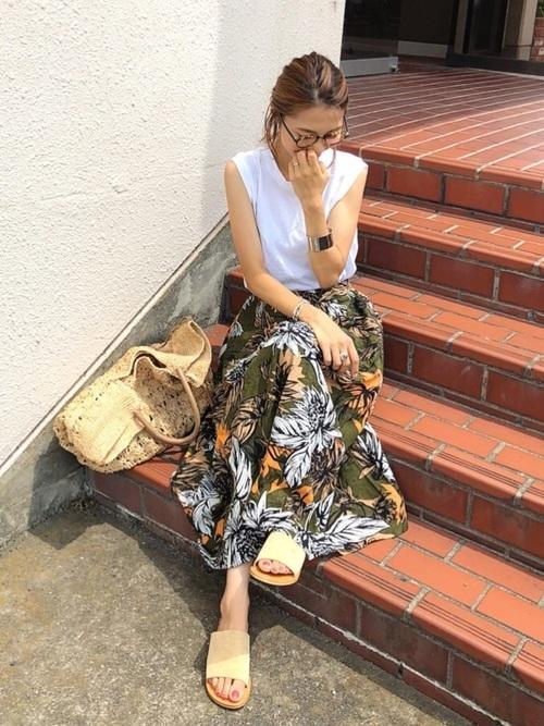 ボタニカル柄スカートを使った伊達メガネコーデ