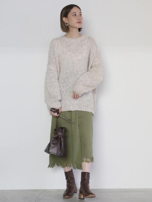 グリーンスカートを使った50代のショートブーツコーデ