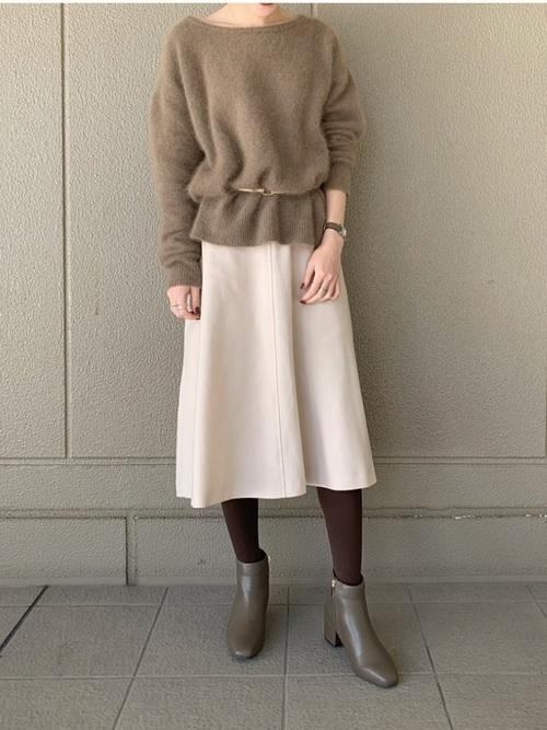 白スカートを使った50代のショートブーツコーデ