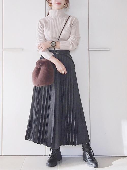 プリーツスカートを使った50代のショートブーツコーデ