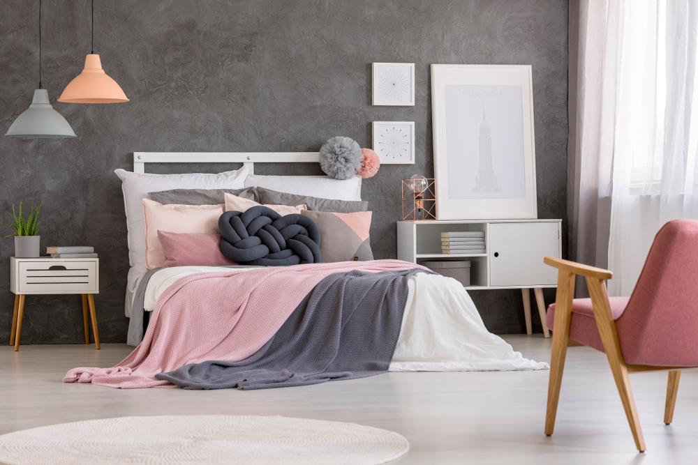 ピンクとグレーの寝室