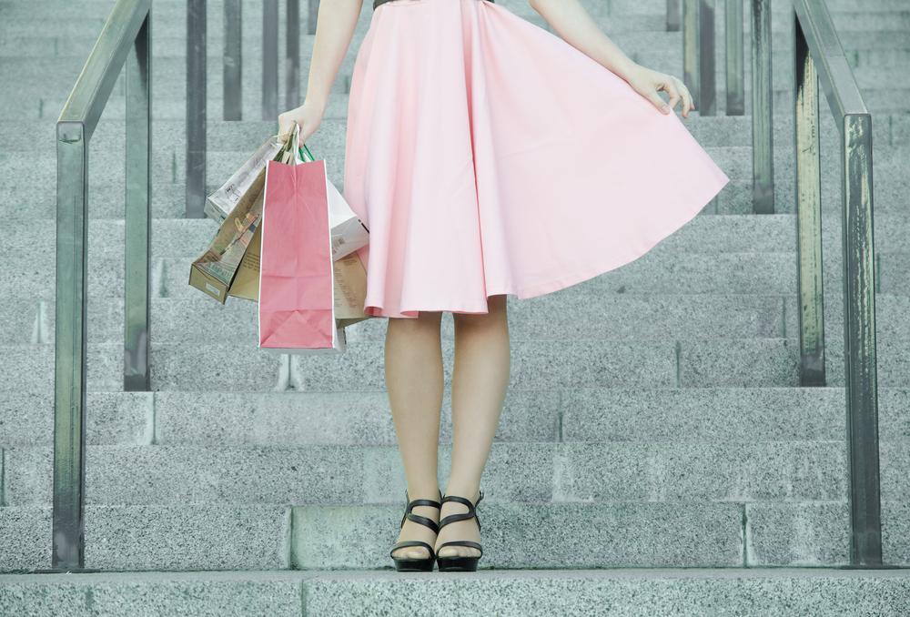 ピンクのスカートを履いた女性
