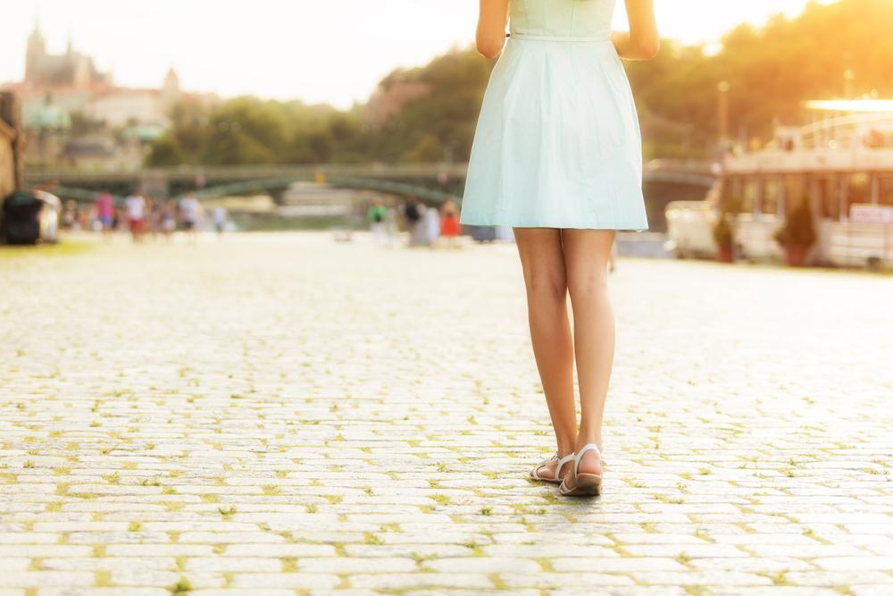水色のスカートを履いた女性