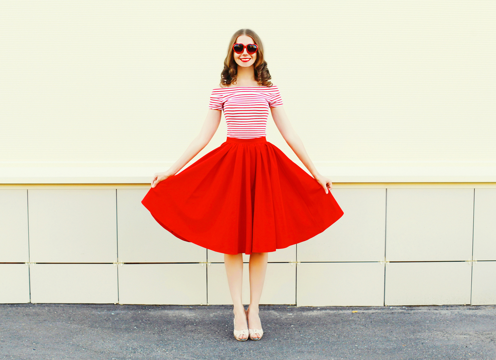 フレアスカートを履いた女性