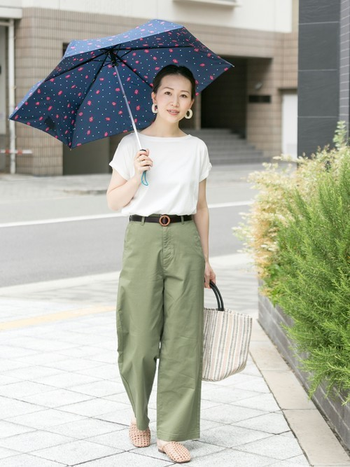 折りたたみ傘を使った小豆島の服装