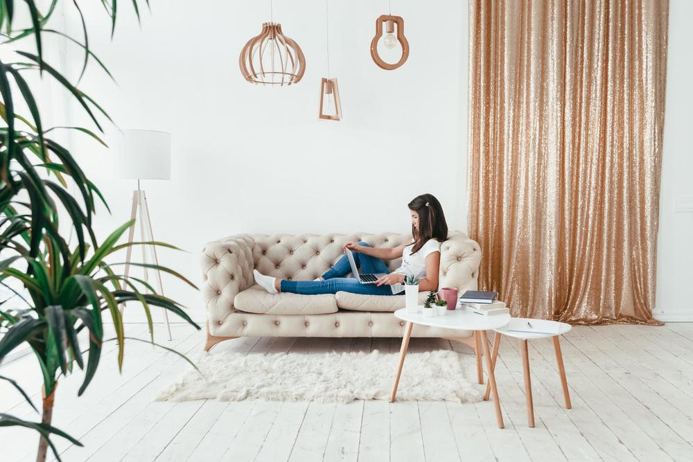 一人暮らしの女性の部屋の家具