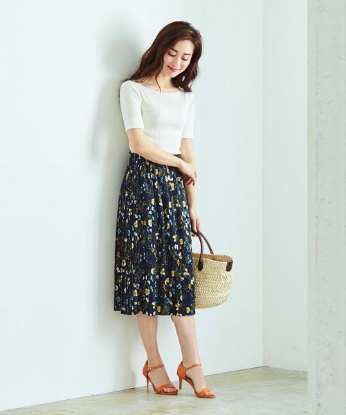 白トップスと花柄スカート