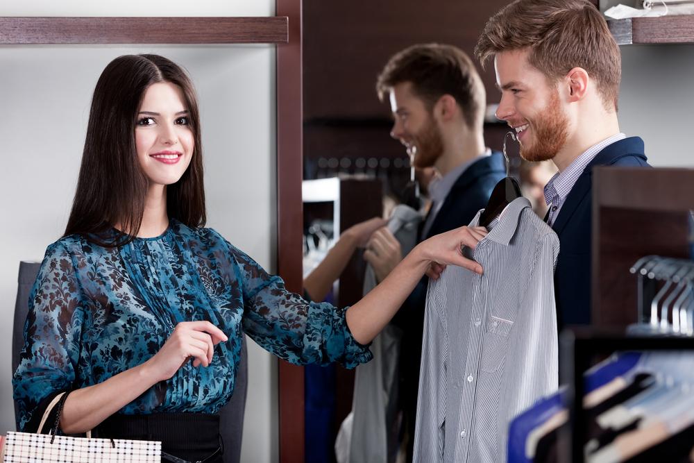 フリーターの彼氏のスーツ選びを手伝っている彼女