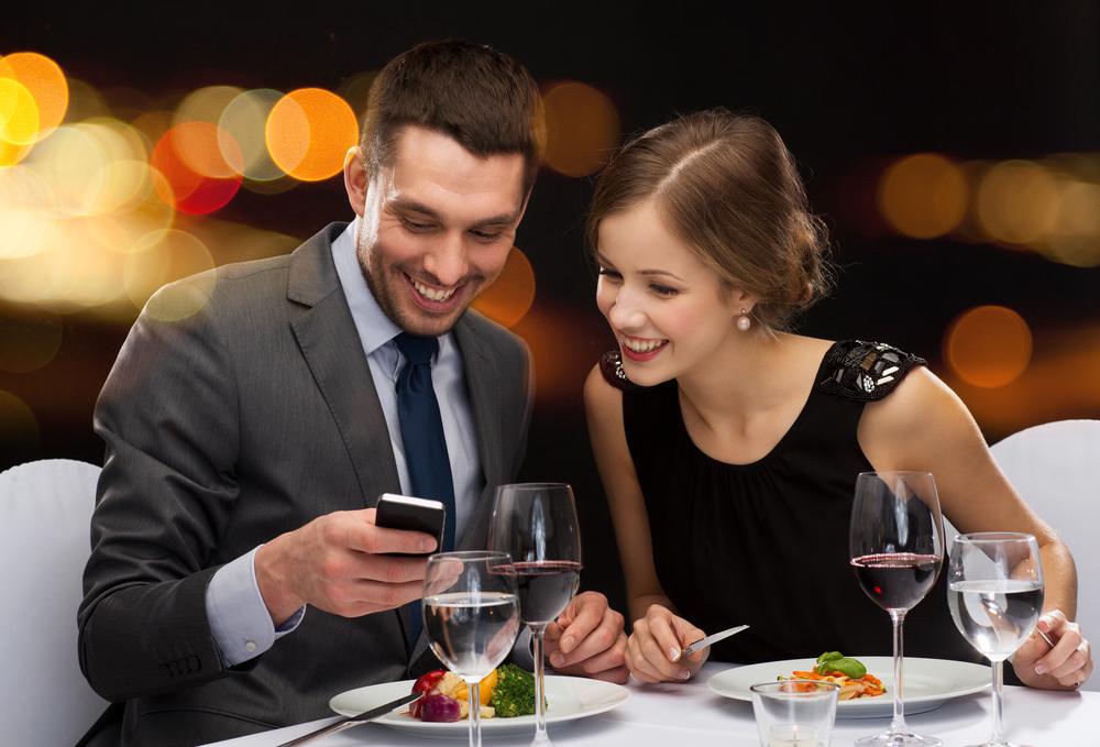 初デートで食事をしているカップル