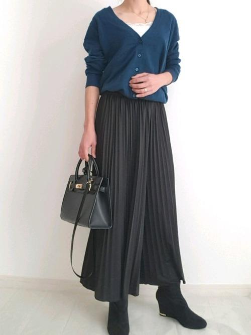 GU(ジーユー)のVネックカーディガン×プリーツスカート