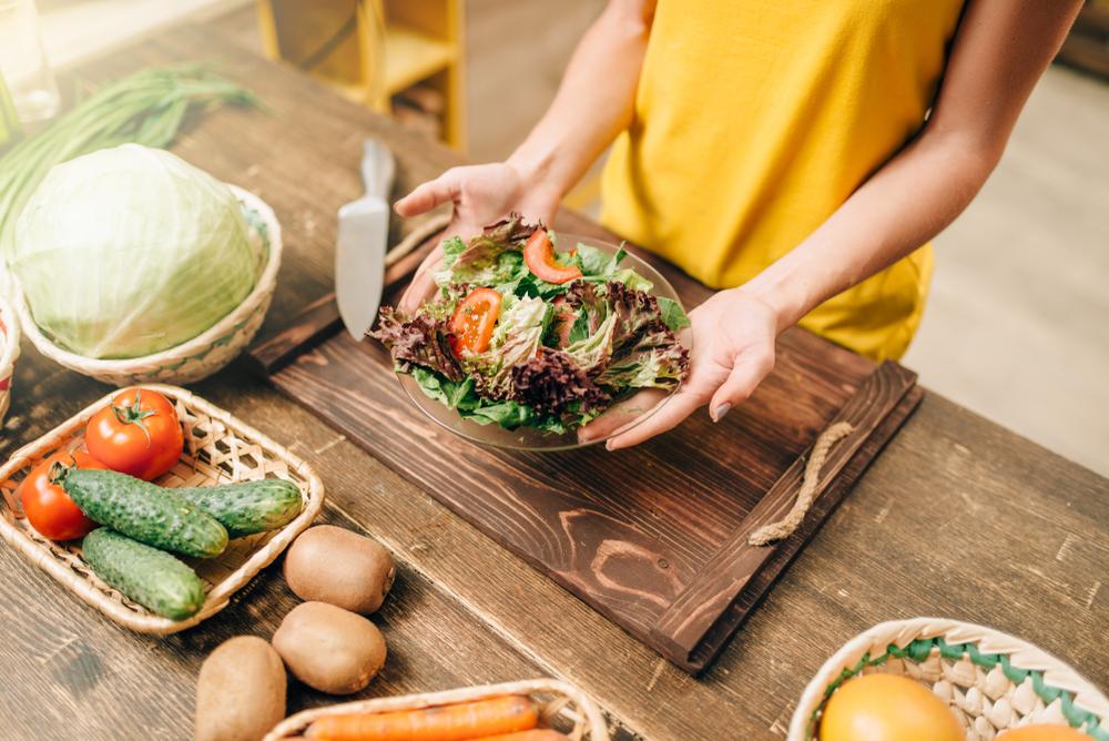 夕食を作る女性の写真