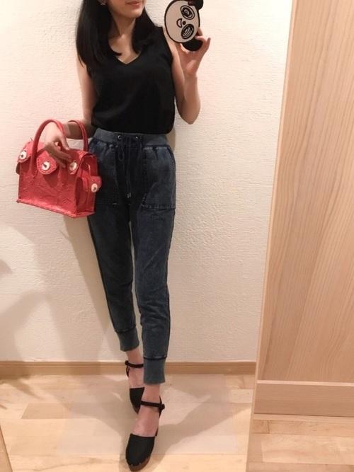 黒Tシャツ×デニムスウェットパンツ