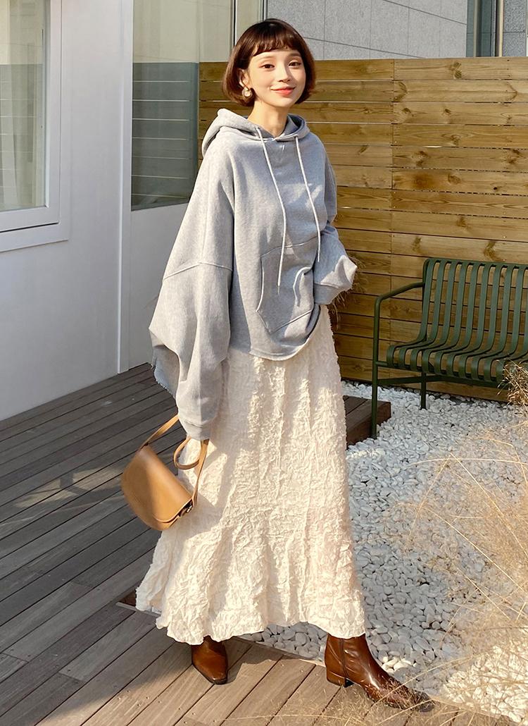 ロングスカートを使った春のパーカーコーデ