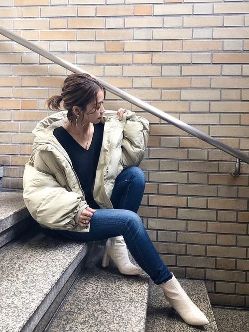 淡色ダウンジャケットと白ブーツのコーデ