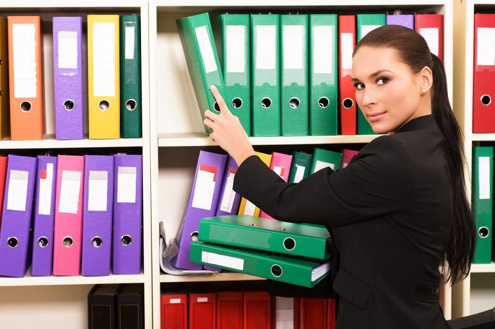 退職前の引き継ぎ期間に書類を整理している女性