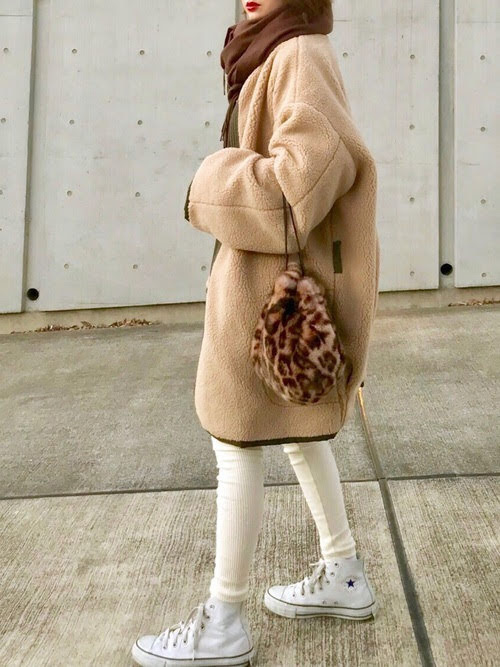 レギンスに合う靴を使ったコーデ【8】■冬■20~30代におすすめ:白レギンス×白のハイカットスニーカー