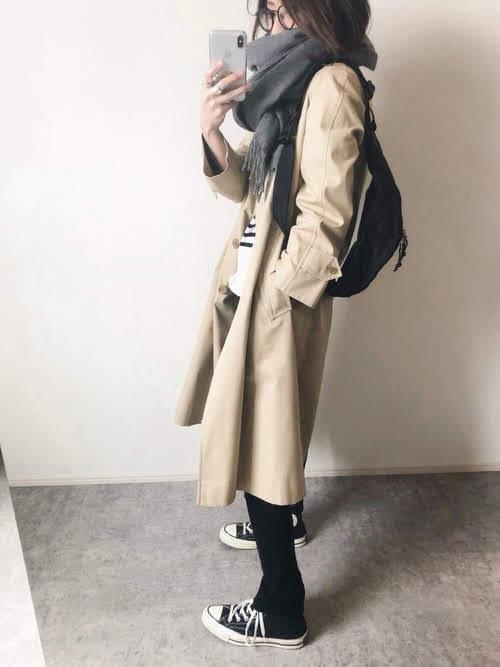 レギンスに合う靴を使ったコーデ【9】■冬■20~40代におすすめ:黒レギンス×黒のハイカットスニーカー