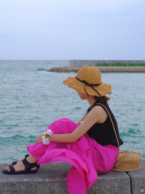 黒トップス×ピンクスカート×ユニクロサンダル