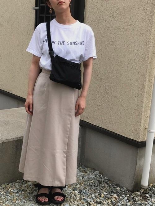 ロゴTシャツ×ベージュスカート×ユニクロサンダル