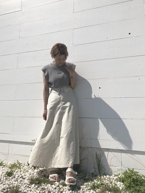 グレートップス×白スカート×ユニクロサンダル
