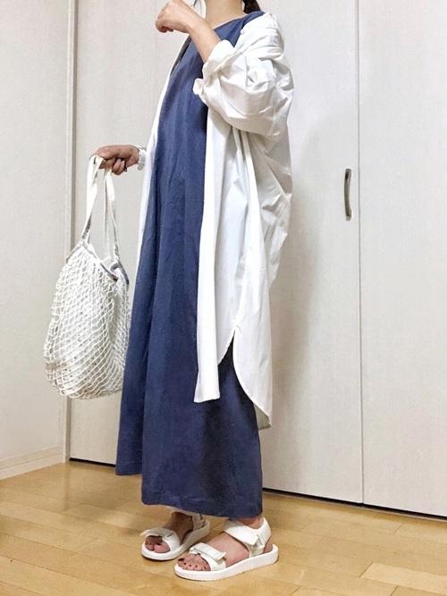 白ロングシャツ×ブルーロングワンピース×ユニクロサンダル