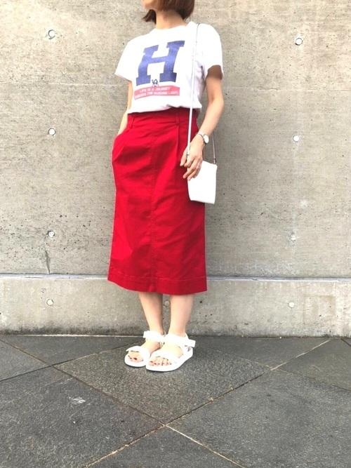 白Tシャツ×赤スカート×ユニクロサンダル