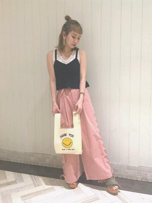 ネイビーのキャミ×ピンクのパンツ