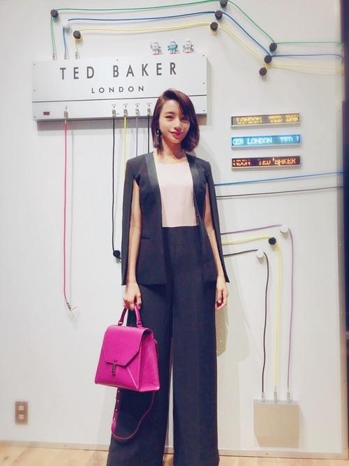 ピンクのバッグ×ネイビースーツ