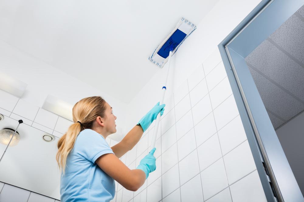 お風呂の天井を掃除している女性