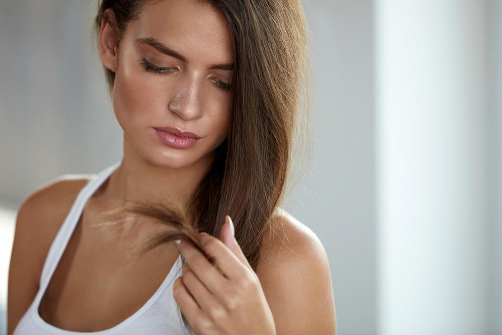 髪の毛の水分不足の女性