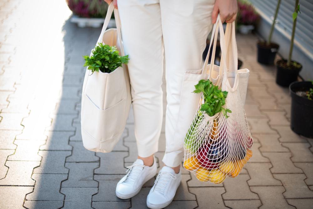 エコバッグを持っている女性の写真