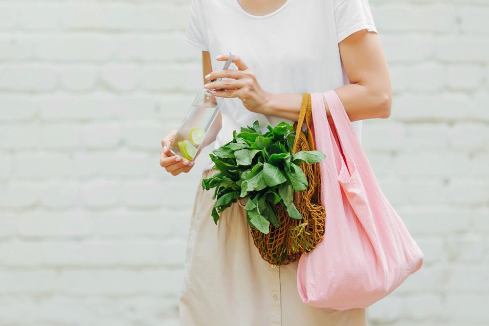 エコバッグを持った女性の写真