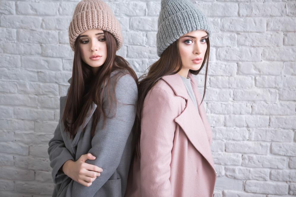 コートを羽織った2人の女性