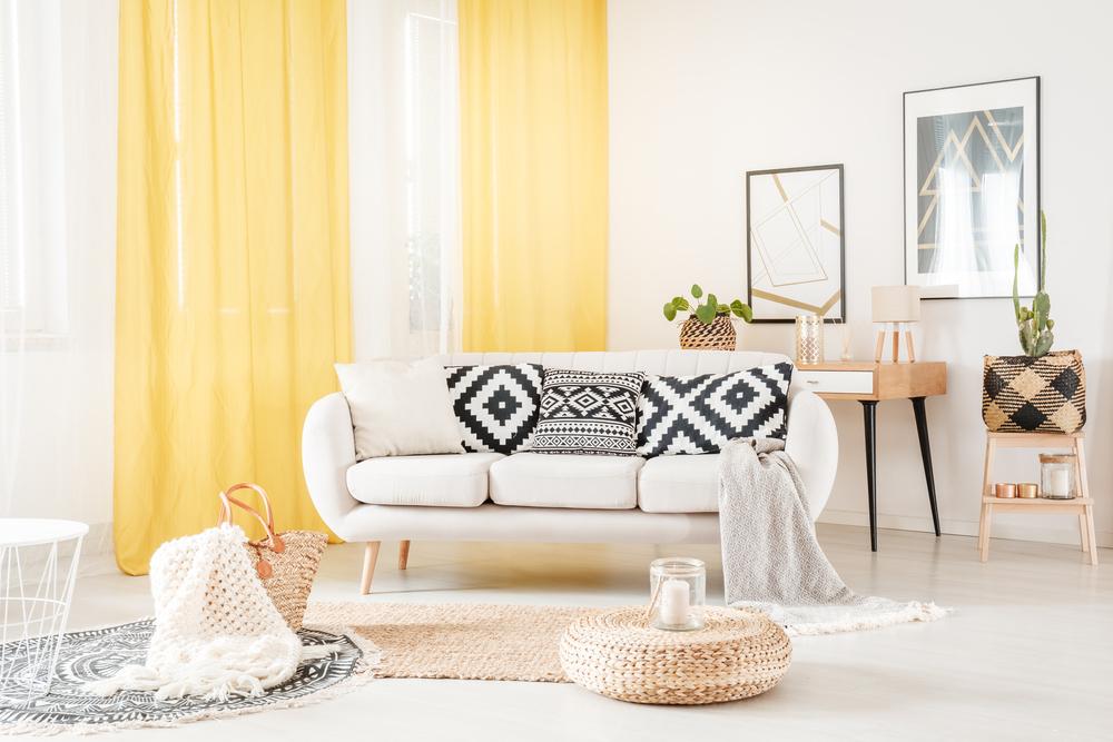 黄色のカーテンと部屋