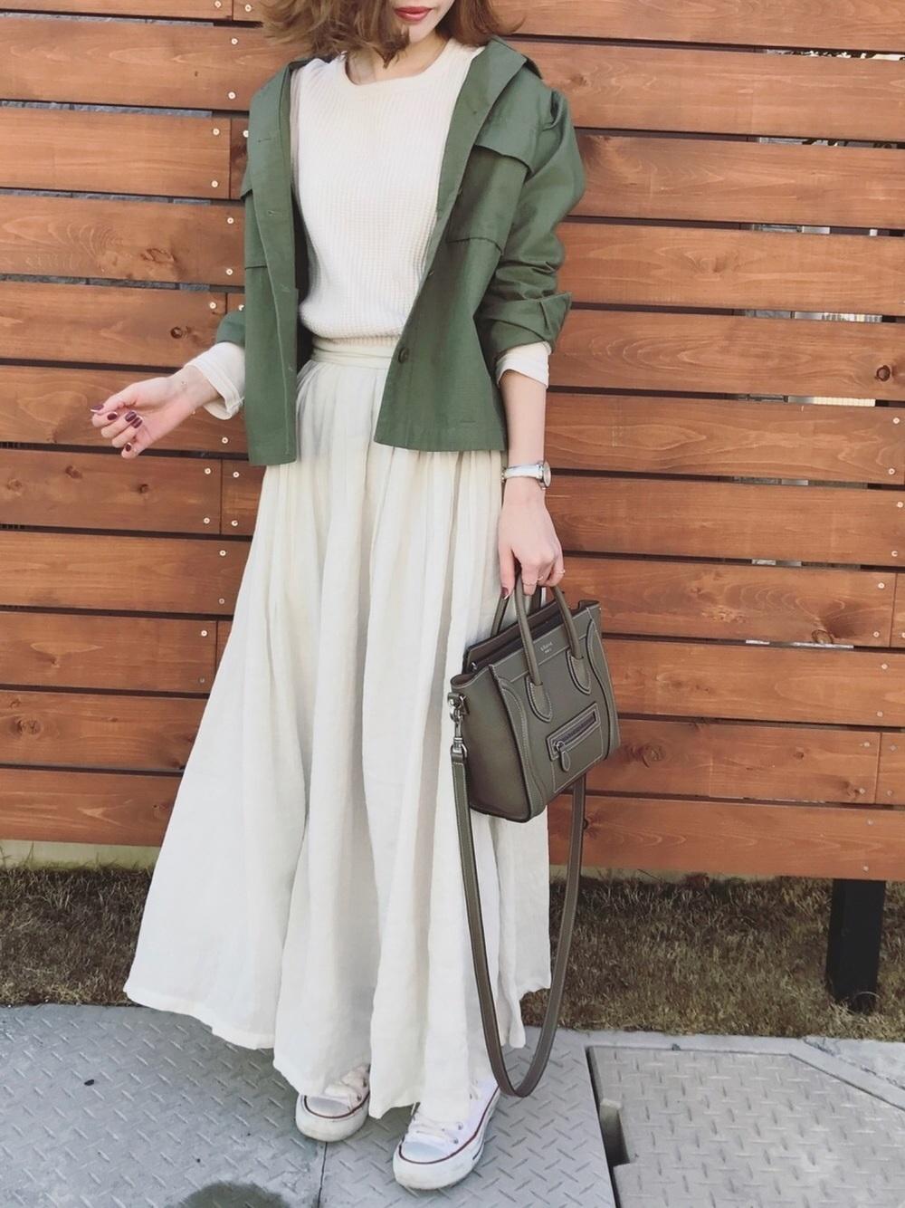白スカートとカーキジャケット