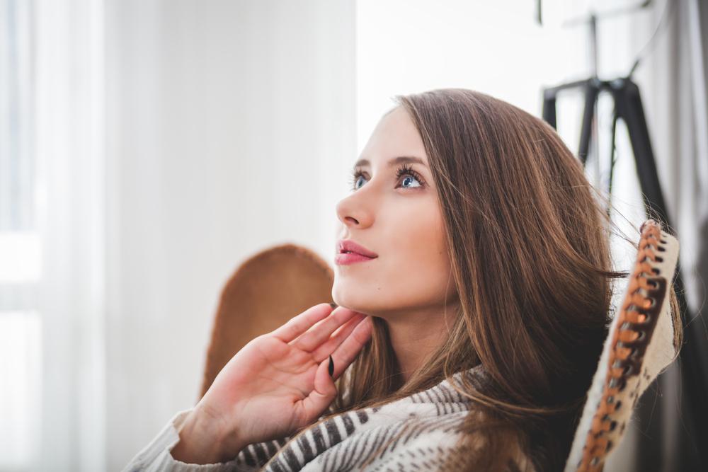 告白の保留期間に返事を考えている女性