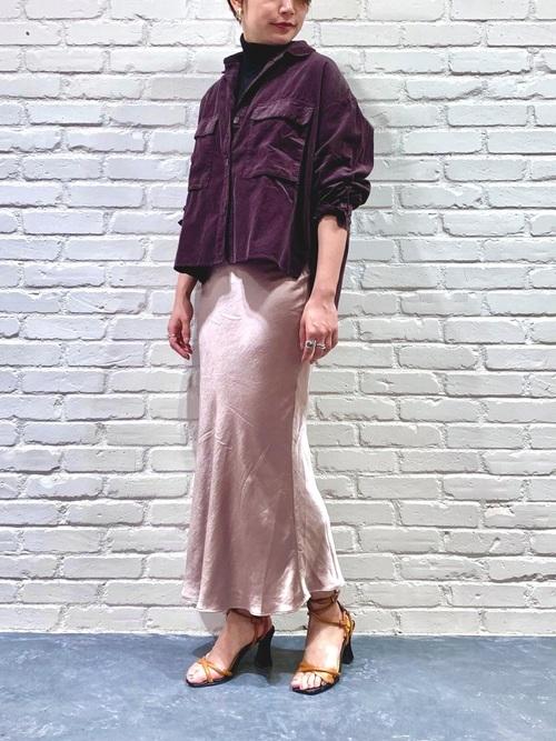 コーデュロイシャツを使ったサテンマーメイドスカートコーデ