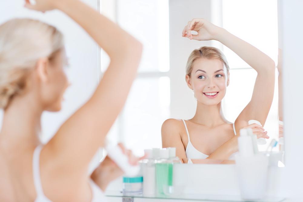 制汗剤を塗る女性
