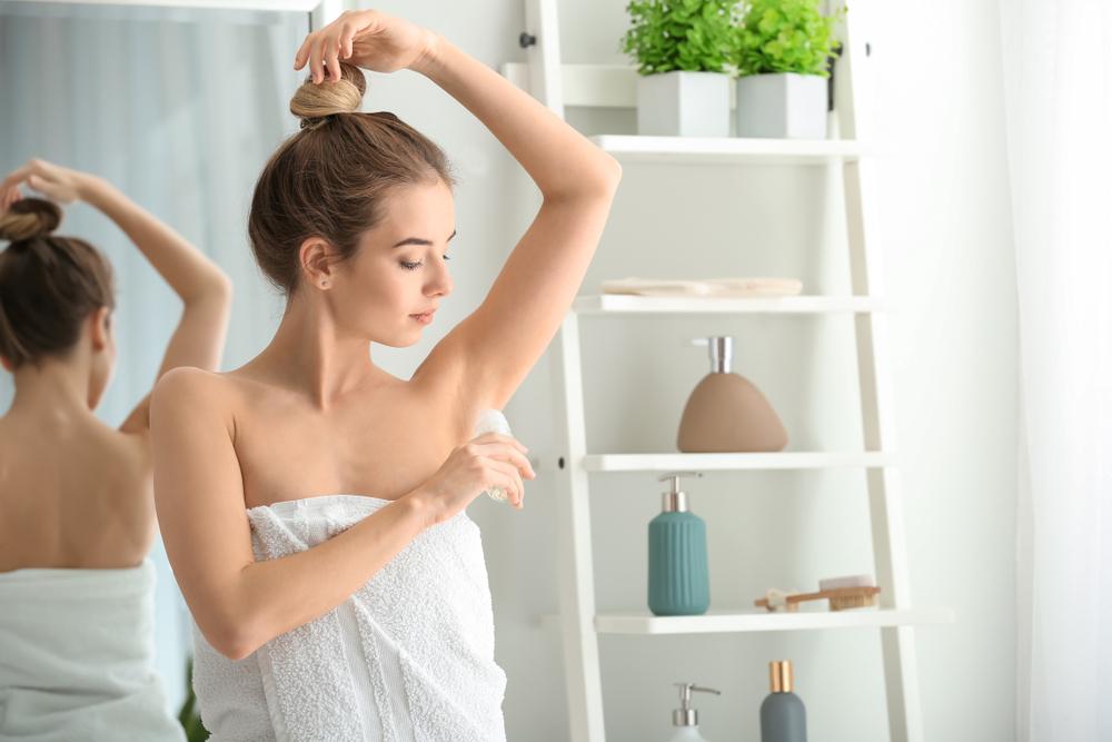 制汗剤を使っている女性
